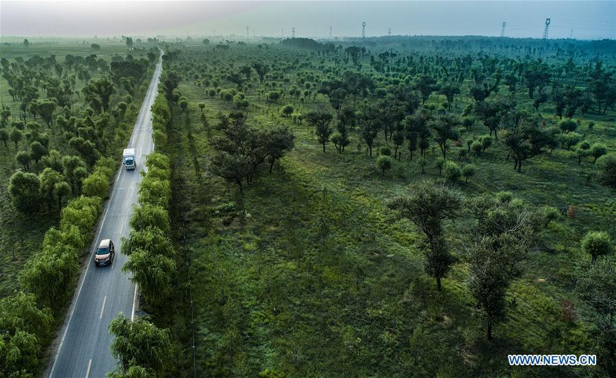 Aerial photo taken on Aug. 1, 2018 shows cars running on the newly-built road at Dongkeng Township of Yulin city, northwest China\'s Shaanxi Province. As \
