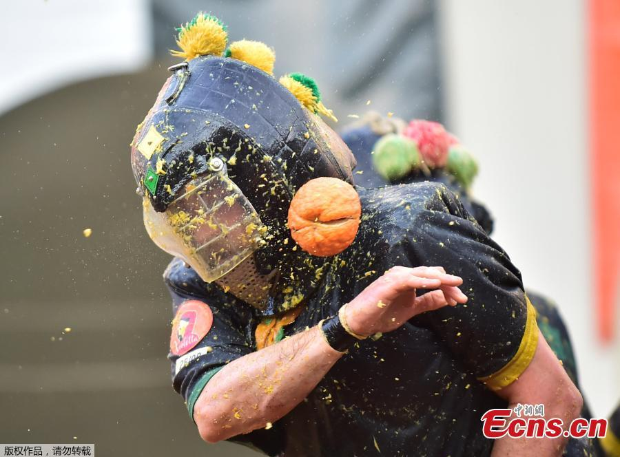 A reveler takes part in a fight with oranges during an annual carnival battle in Ivrea, Italy, March 3, 2019. (Photo/Agencies)