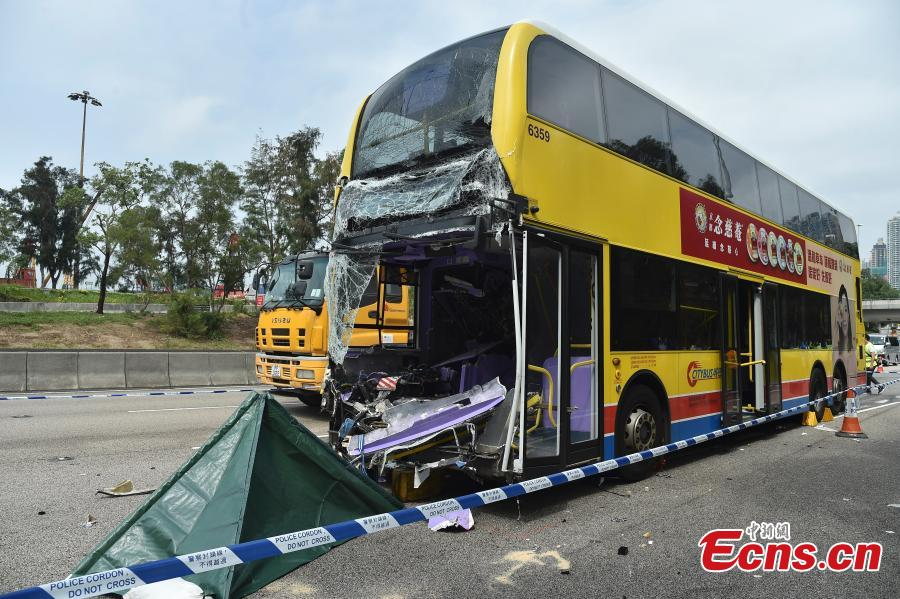 Photo taken on March 4, 2019 shows a bus rear-ended a lorry that stopped on the West Kowloon Highway in Hong Kong, leaving two dead. (Photo: China News Service/Sheung Man Mak)