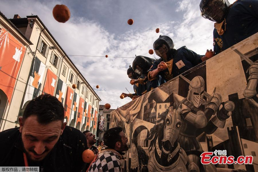 Revelers take part in a fight with oranges during an annual carnival battle in Ivrea, Italy, March 3, 2019. (Photo/Agencies)