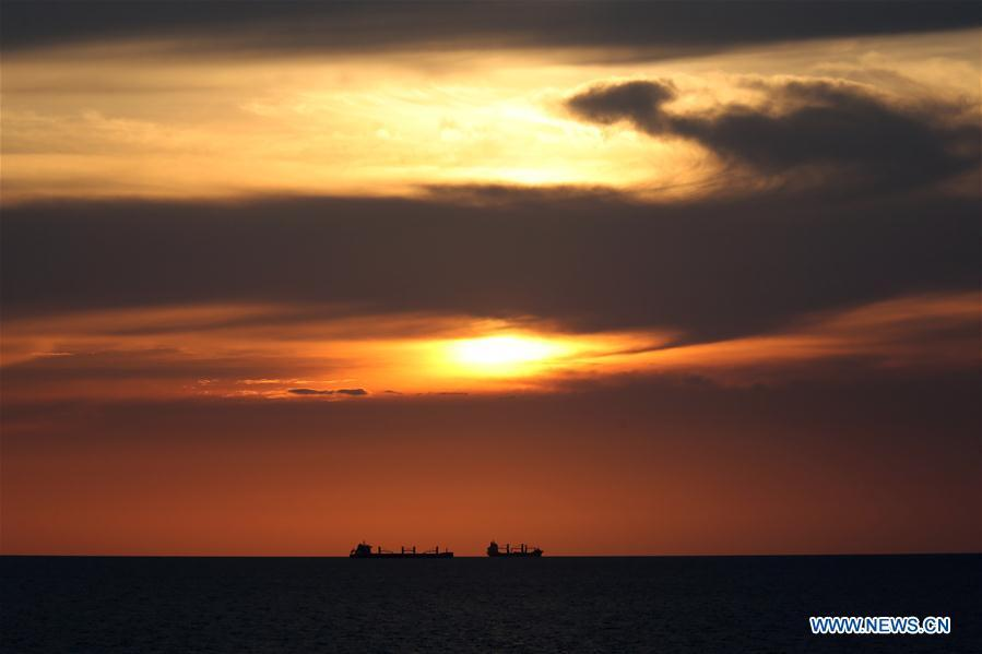 Photo taken aboard Xuelong on March 3, 2019 shows the evening glow before the China\'s research icebreaker crosses the equator on the Indian Ocean. Xuelong, carrying members of China\'s 35th research mission to Antarctica, crossed the equator and returned to the Northern Hemisphere on early Monday morning. (Xinhua/Liu Shiping)
