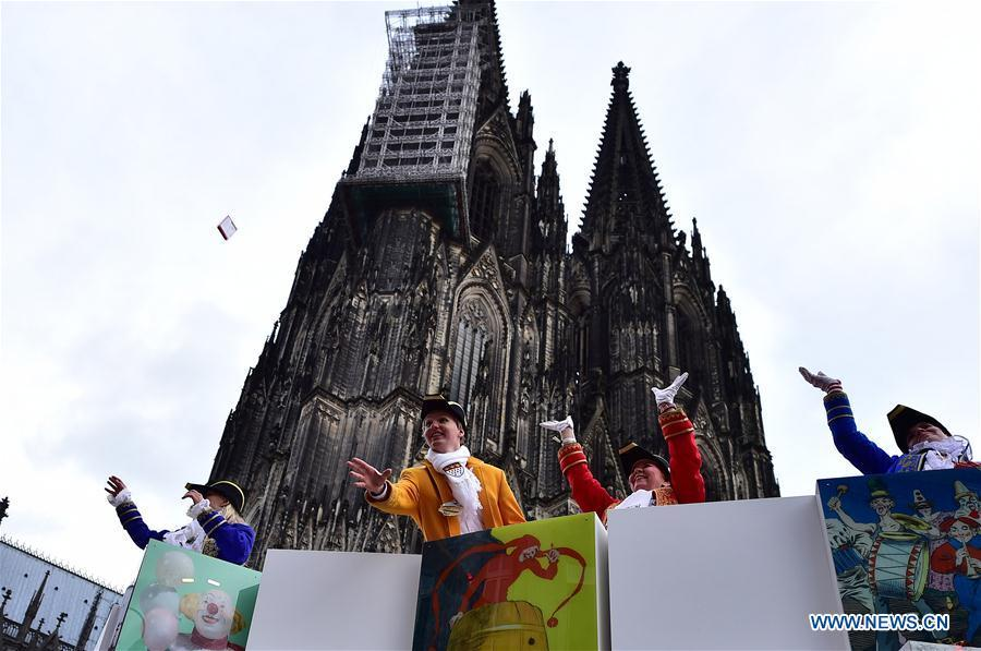 Revelers throw sweets to visitors during the Rose Monday carnival parade in Cologne, Germany, on March 4, 2019. The Rose Monday parade marks the high point of Cologne\'s annual carnival. (Xinhua/Lu Yang)