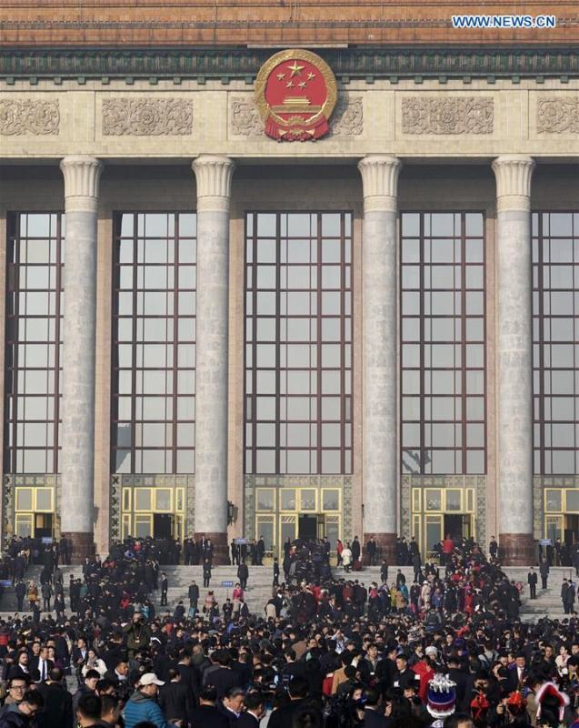 Deputies to the 13th National People\'s Congress (NPC) walk towards the Great Hall of the People for the opening meeting of the second session of the 13th NPC in Beijing, capital of China, March 5, 2019. (Xinhua/Shen Bohan)