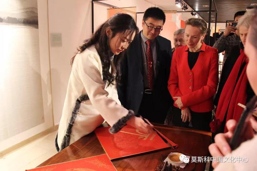 Russian visitors look at a Chinese calligraphy demonstration, Feb. 27, 2019. (Photo/Chinaculture.org)