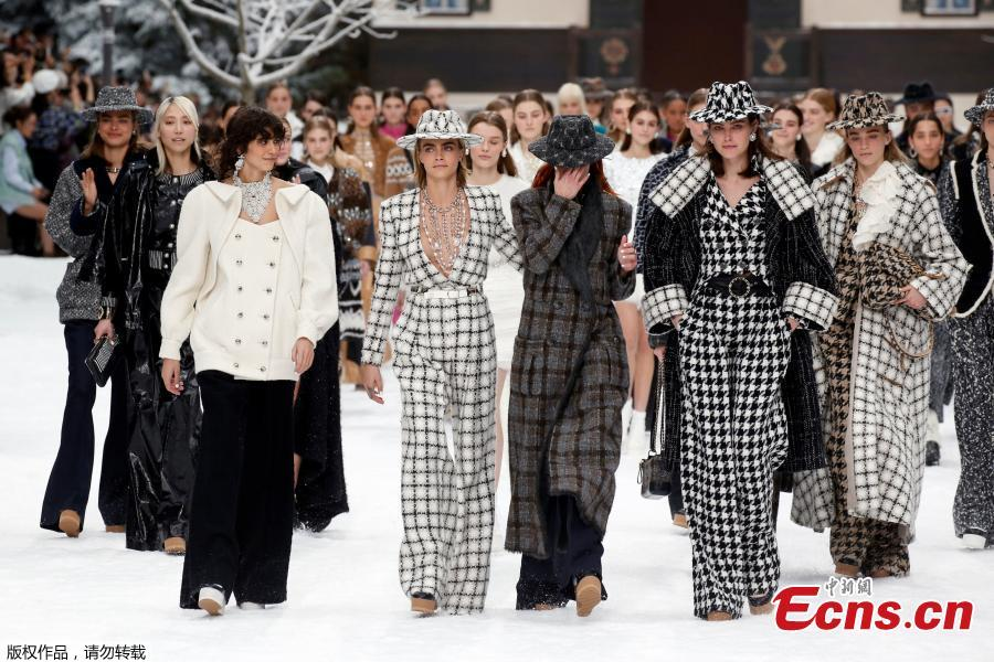 Models were moved to tears at the Fall/Winter 2019-2020 women\'s ready-to-wear collection show, at the Grand Palais, in Paris, March 5, 2019. The runway show was the last show created by Karl Lagerfeld, Chanel\'s longtime creative director and a fashion industry legend in his own right, who died in February at the age of 85.  (Photo/Agencies)