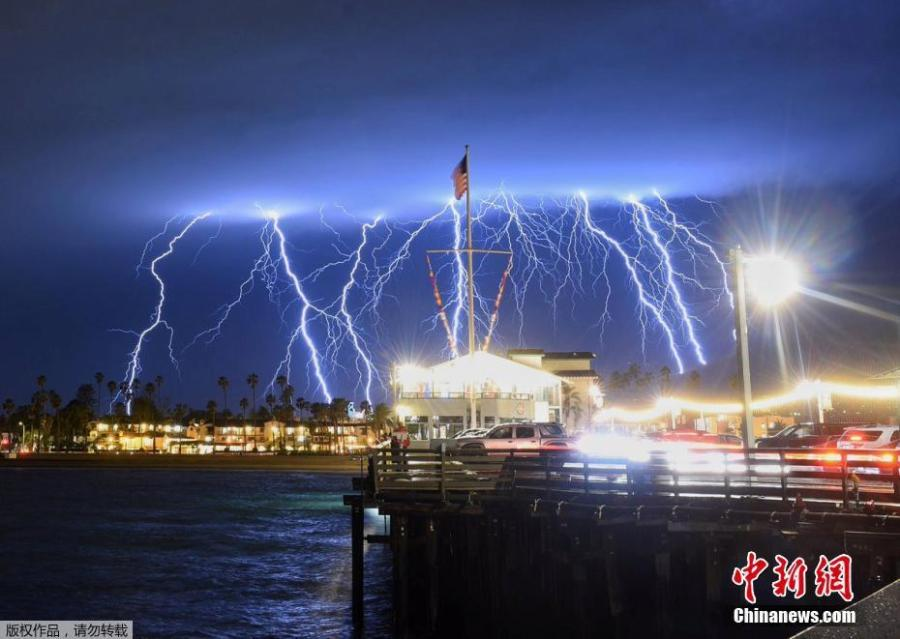 A series of lightning strikes lit up the sky above Stearns Wharf in Santa Barbara\'s harbor, March 5, 2019.  (Photo/Agencies)