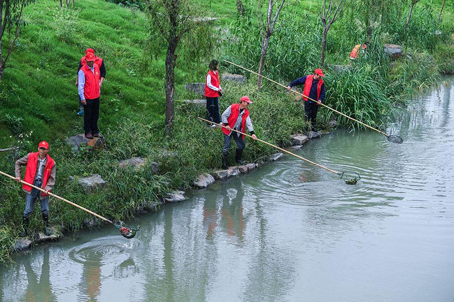 Workers clean a river in Changxing county, Zhejiang province. (Photo/Xinhua) Key points:  -- Sulfur dioxide and nitrogen oxide emissions will be cut by 3 percent.  -- Achieve a 2-percent drop in both chemical oxygen demand and ammonia nitrogen emissions.