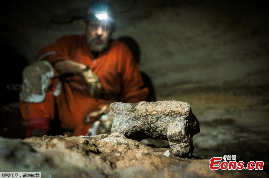 Archaeologist checks the pre-columbian artifacts in a cave at the Mayan ruins of Chichen Itza, Yucatan, Mexico, Tuesday, March 5, 2019. Mexican archaeologists say they have found a cave at the Mayan ruins of Chichen Itza with offerings of about 200 ceramic vessels in nearly untouched condition. The National Institute of Anthropology and History says the vessels appear to date back to around 1,000 A.D. (Photo/Agencies)