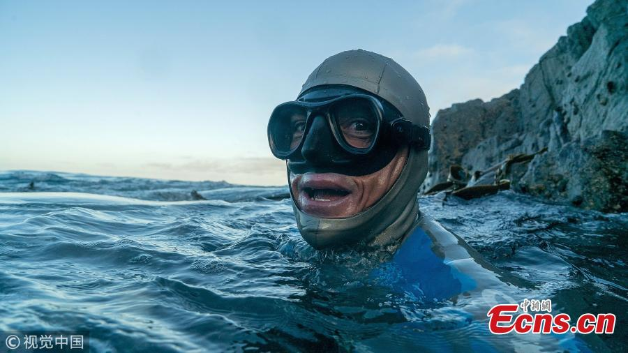 Kiwi freediver William Trubridge has successfully swum the Cook Strait after nine hours in the 22-km journey. The freedive world champion left Wellington on Friday morning to swim to the South Island underwater using a special fin to raise awareness of critically endangered Hector\'s and Māui dolphins. (Photo/VCG)
