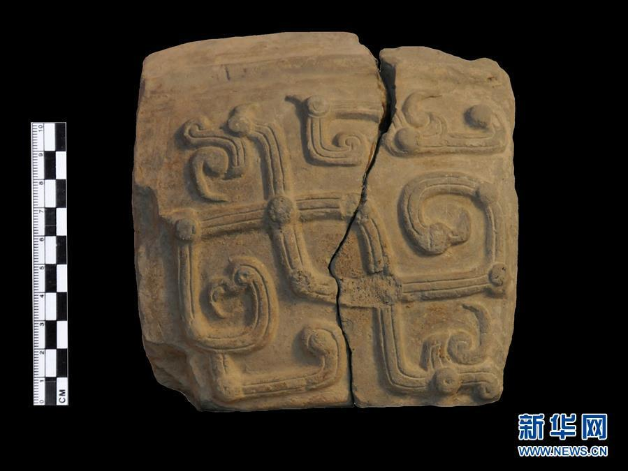A pottery mould unearthed at the Guanzhuang ruins in Henan Province. Excavation work at the site\'s bronze casting area has revealed bronze-making techniques dating back to the Zhou Dynasty (1046-256BC). (Photo/Xinhua)
