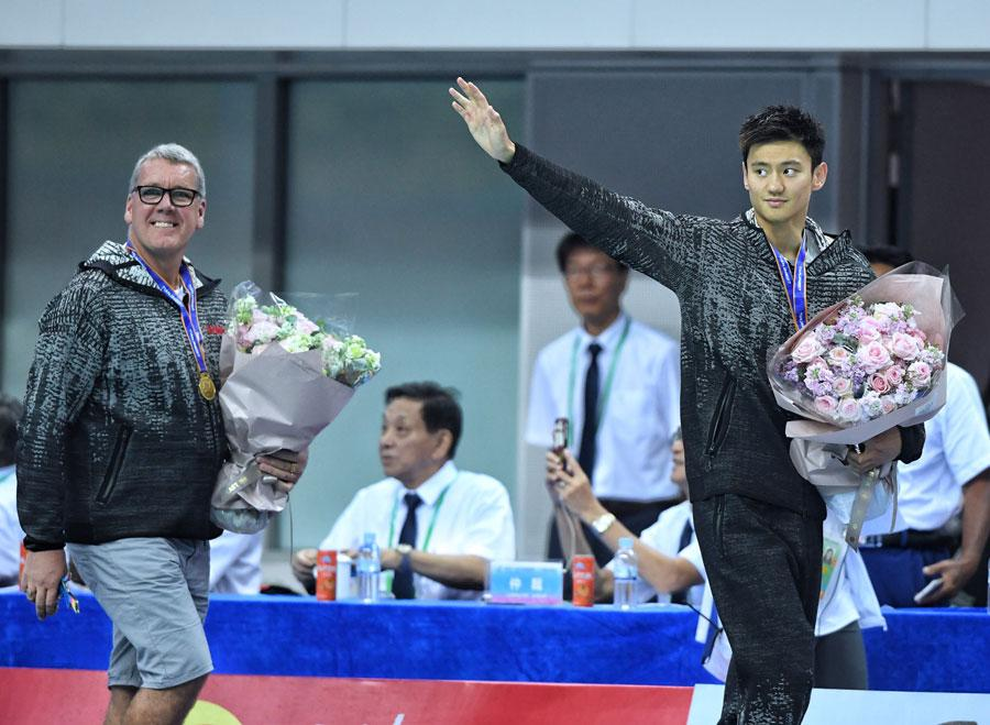 Ning Zetao and his Australian coach, Matt Brown, acknowledge the crowd after claiming men\'s 50m freestyle gold at China\'s National Games in Tianjin. (Photo provided to China Daily)