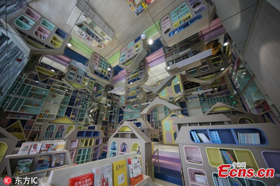 Photo taken on March 5, 2019 shows mirrors have been attached to the ceiling of a bookstore to create a special visual effect in Zhengzhou City, Central China\'s Henan Province. The unique interior design is attracting many visitors to the bookstore. (Photo/IC)