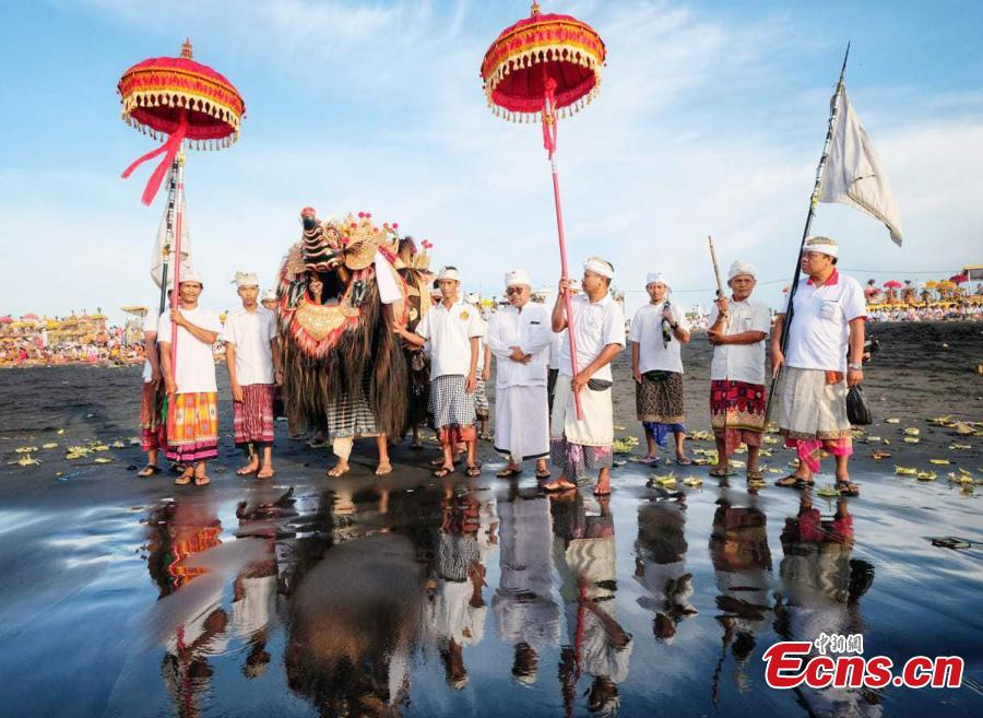 Balinese Hindu worshippers during a ritual before the holy day of Nyepi, which is a day of silence for self-reflection to celebrate the Balinese Hindu new year, in Jakarta, Indonesia. (Photo: China News Service/Lai Hongyuan)