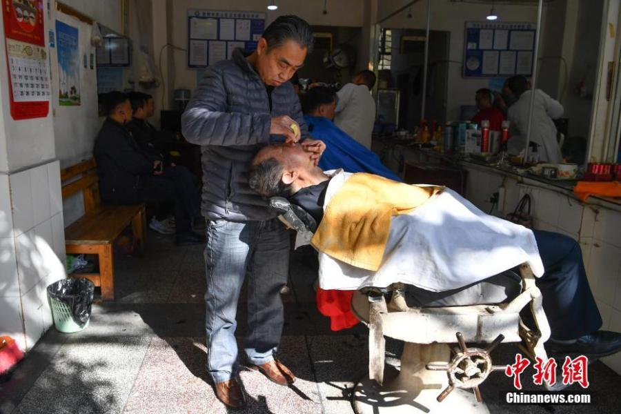 A man gets a haircut in Kunming City, Southwest China\'s Yunnan Province, March 8, 2019. March 8 marks traditional Chinese festival Long Tai Tou (dragon head raising), which refers to the start of spring and farming. During the festival, held on the second day of the second month of the lunar calendar, people play dragon lanterns, eat noodles, shave their hair, and pray for luck. (Photo: China News Service/Liu Ranyang)