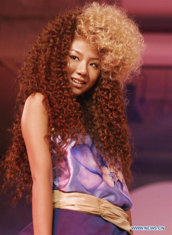 A model presents hair styling during an event in Hangzhou, capital of east China\'s Zhejiang Province, Aug. 17, 2004. Along with China\'s reform and opening-up starting from 1978, Chinese women have refreshed their images year after year, which can be simply seen from their hairstyles. Women\'s hairstyles, just like a mirror, reflect fashion changes and most importantly, Chinese women\'s increasingly diversified definition of beauty. (Xinhua/Bu Ensa)
