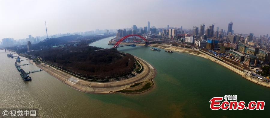 A view of the convergence of the Hanjiang River, which has clear water, and the Yangtze River, which appears to be muddy, in Hankou City, Central China\'s Hubei Province, March 7, 2019. (Photo/VCG)