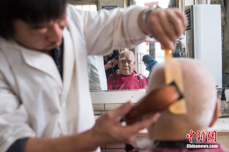 Wei Xiaoliang, 90, has a haircut at the only state-owned barbershop in Taiyuan City, Shanxi Province, March 8, 2019. March 8 marks traditional Chinese festival Long Tai Tou (dragon head raising), which refers to the start of spring and farming. During the festival, held on the second day of the second month of the lunar calendar, people play dragon lanterns, eat noodles, shave their hair, and pray for luck. (Photo: China News Service/Wu Juneji)