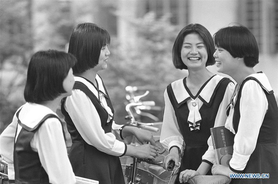 Girls with bob hair style chat at a school in Nanjing, capital of east China\'s Jiangsu Province, May 27, 1994. Along with China\'s reform and opening-up starting from 1978, Chinese women have refreshed their images year after year, which can be simply seen from their hairstyles. Women\'s hairstyles, just like a mirror, reflect fashion changes and most importantly, Chinese women\'s increasingly diversified definition of beauty. (Xinhua/Xu Peng)