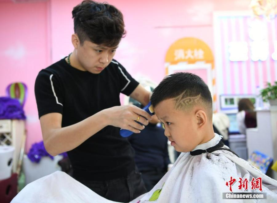 A boy gets a cute haircut in Changchun City, Jilin Province, March 8, 2019. March 8 marks traditional Chinese festival Long Tai Tou (dragon head raising), which refers to the start of spring and farming. During the festival, held on the second day of the second month of the lunar calendar, people play dragon lanterns, eat noodles, shave their hair, and pray for luck. (Photo: China News Service/Zhang Yao)