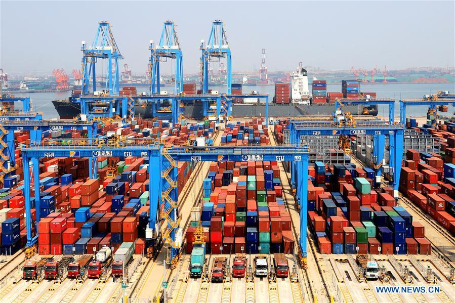 Photo taken on May 16, 2018 shows an automatic container dock in Qingdao, east China\'s Shandong Province. (Xinhua/Wang Peike)