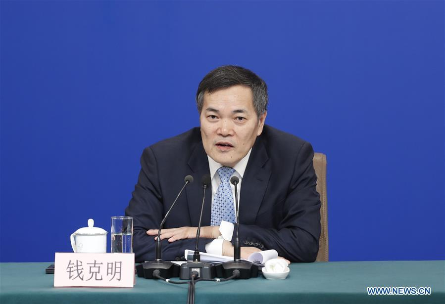 Vice Minister of Commerce Qian Keming attends a press conference on China\'s domestic market and all-round opening-up for the second session of the 13th National People\'s Congress (NPC) in Beijing, capital of China, March 9, 2019. (Xinhua/Shen Bohan)