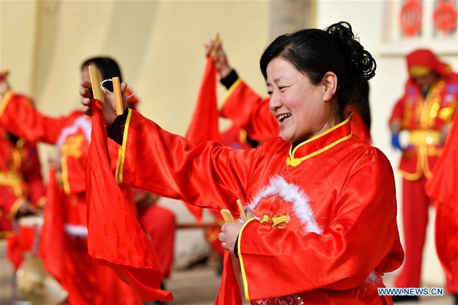 Villagers perform folk art in Wangzhuanggou Village, Wuxiang County of north China\'s Shanxi Province, Feb. 19, 2019. China\'s efforts and success in poverty reduction can help other developing nations, said experts observing the country\'s ongoing Two Sessions. The Two Sessions refer to the annual gatherings of the National People\'s Congress (NPC) and the National Committee of the Chinese People\'s Political Consultative Conference, China\'s top legislature and political advisory body respectively. China has emerged as a global role model with efforts in structural transformation and industrial upgrading, lifting hundreds of millions of people out of poverty, said retired Lieutenant Colonel Muhammad Faruk Khan, a presidium member of Bangladesh\'s ruling Awami League. (Xinhua/Zhan Yan)
