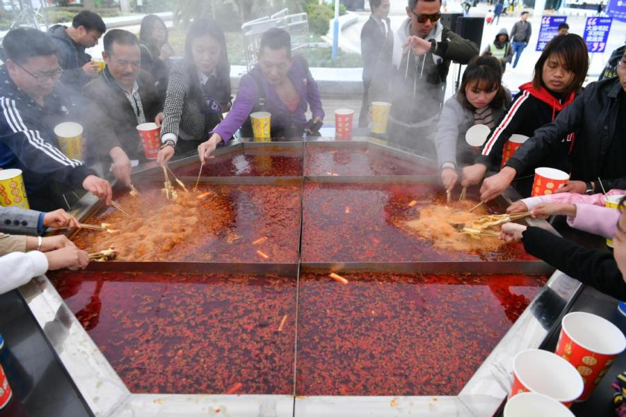 A hotpot festival is staged in Kunming, Yunnan Province. (Photo/CHINA NEWS SERVICE)