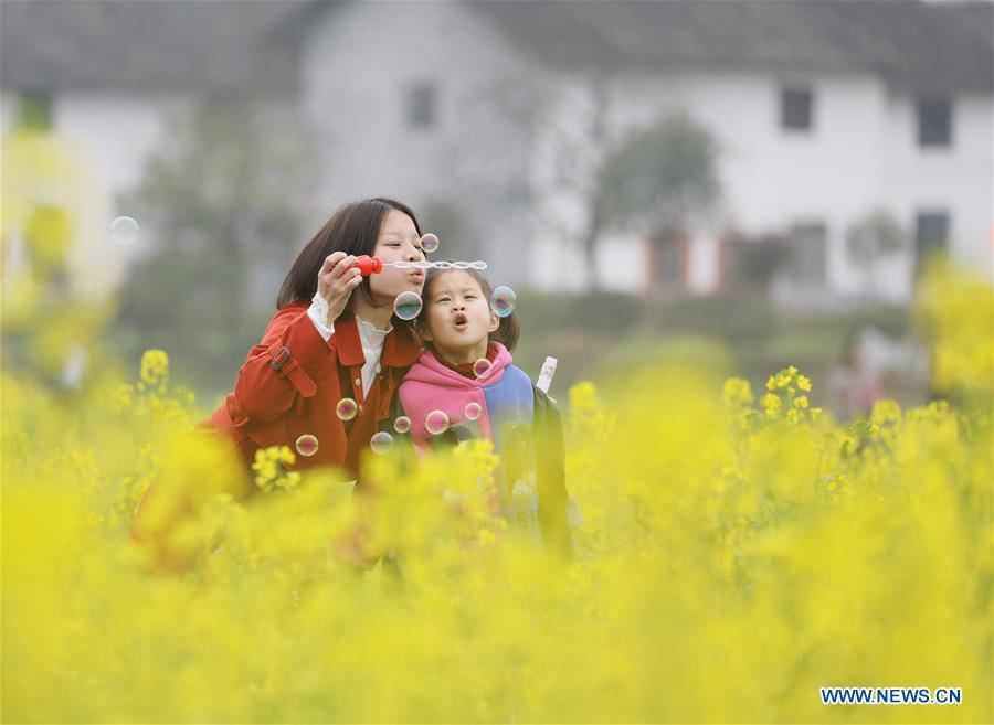 Children blow bubbles among cole flowers at Liaojiang Village of Liaojiang Township in Zixing, central China\'s Hunan Province, March 10, 2019. The blossoming flowers herald the arrival of spring. (Xinhua/Zhu Xiaorong)