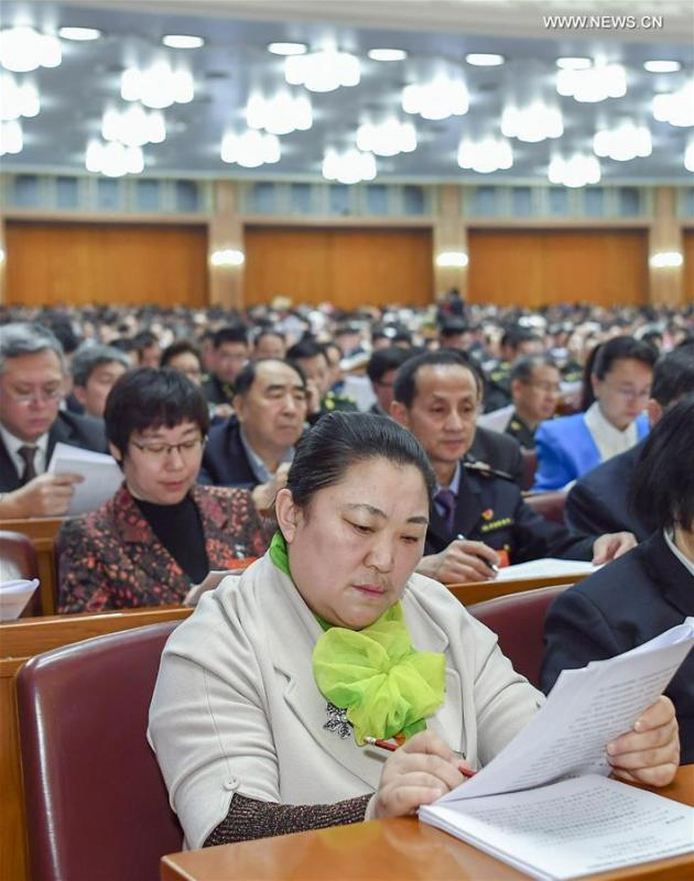 Zhuang Yan (front), a deputy to the 13th National People\'s Congress (NPC), attends the opening meeting of the second session of the 13th NPC in Beijing, capital of China, March 5, 2019. (Xinhua/Xie Huanchi)