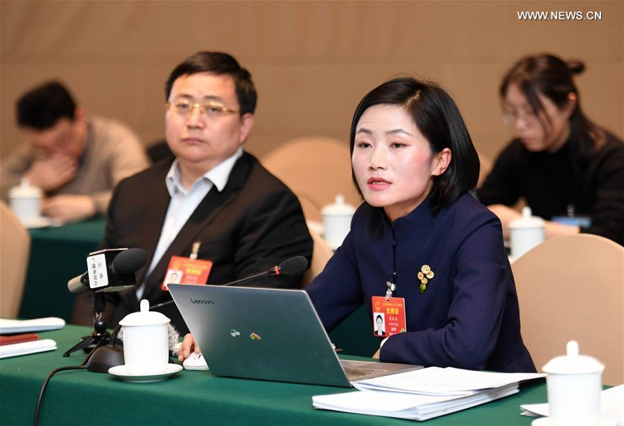 Fan Yongzhen (R, front), a deputy to the 13th National People\'s Congress (NPC), speaks during a panel discussion of Yunnan delegation in Beijing, capital of China, March 6, 2019. (Xinhua/Yang Zongyou)