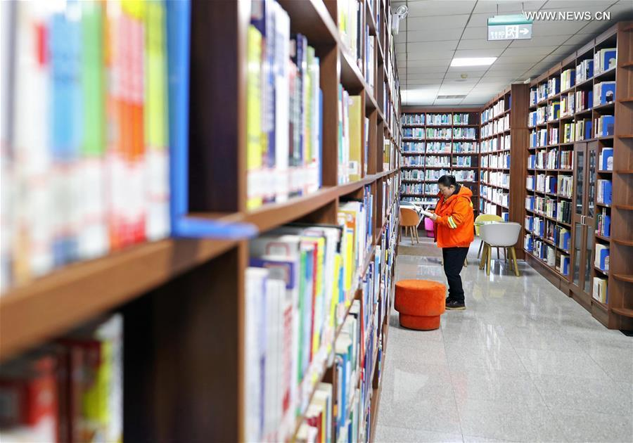 Zhuang Yan, a deputy to the 13th National People\'s Congress (NPC), reads at the library of University of Science and Technology Liaoning in Anshan, northeast China\'s Liaoning Province, Feb. 26, 2019. (Xinhua/Yang Qing)