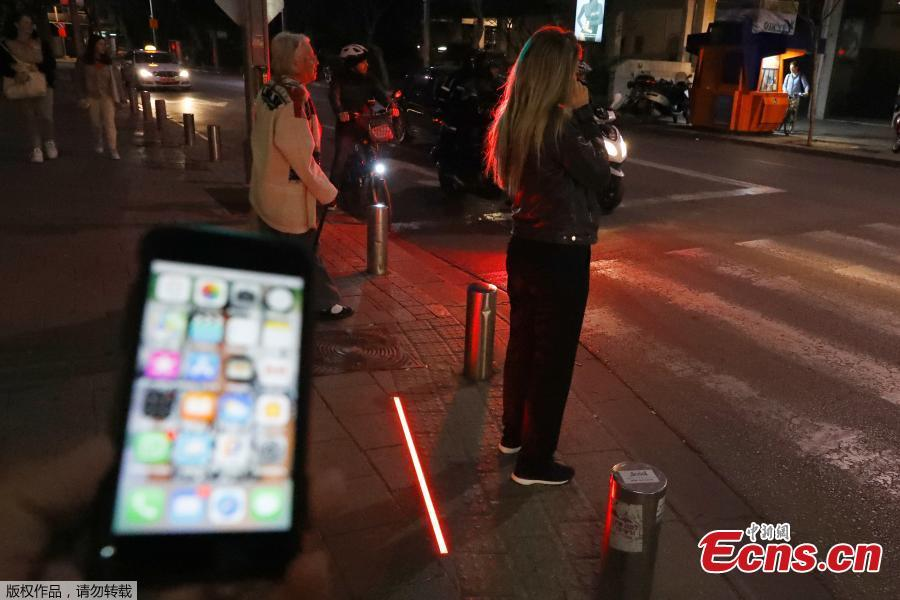Photo taken on March 13, 2019 shows LED ground-level lights are installed at pedestrian crossings in Tel Aviv, Israel, designed to warn pedestrians who are too distracted by their smartphones to bother looking at the road. The LED floor lighting changes color at the same time as regular eye-level lights.(Photo/Agencies)