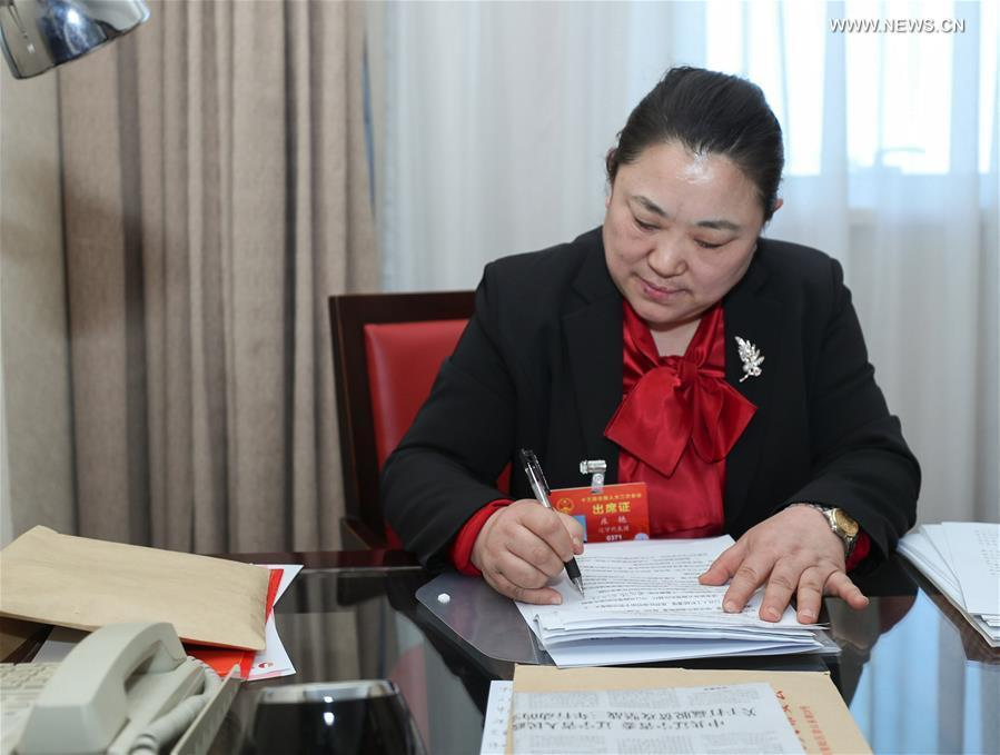 Zhuang Yan, a deputy to the 13th National People\'s Congress (NPC), prepares her suggestion in Beijing, capital of China, on March 6, 2019. (Xinhua/Long Lei)