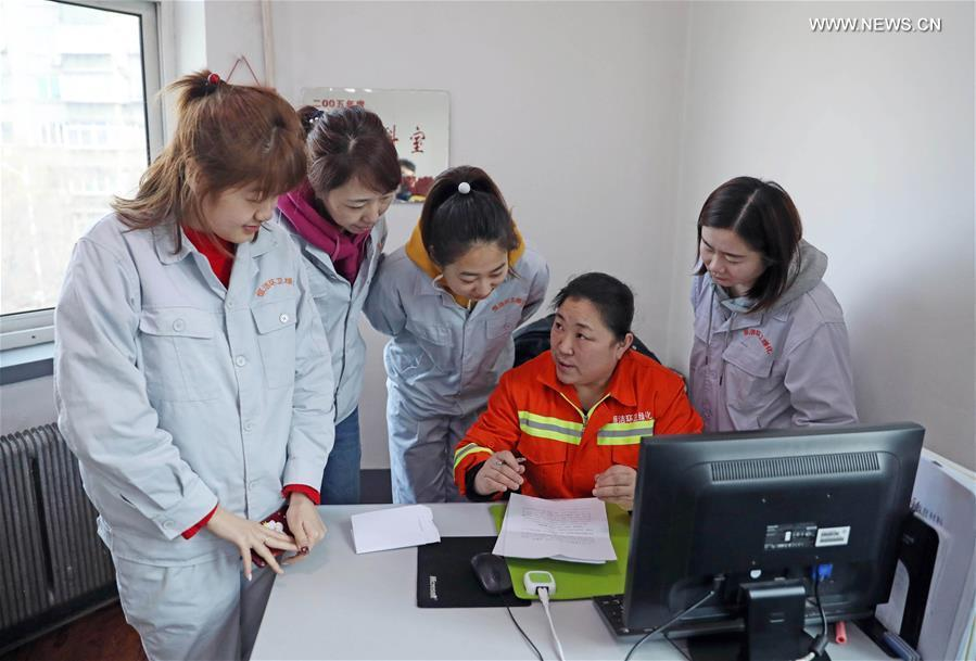 Zhuang Yan (2nd R), a deputy to the 13th National People\'s Congress (NPC), takes notes of her colleagues\' suggestions in Anshan, northeast China\'s Liaoning Province, Feb. 12, 2019. (Xinhua/Yang Qing)
