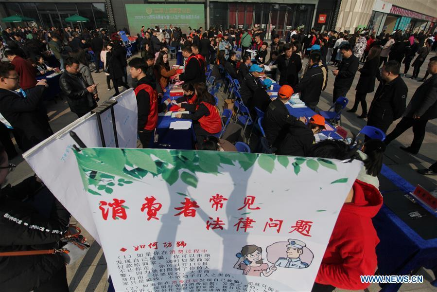 Citizens inquire and file complaints on consumer rights in Yangzhou, east China\'s Jiangsu Province, on March 15, 2019, the World Consumer Rights Day. A variety of activities were held across China to raise consumers\' awareness to protect their rights on the World Consumer Rights Day. (Xinhua/Meng Delong)