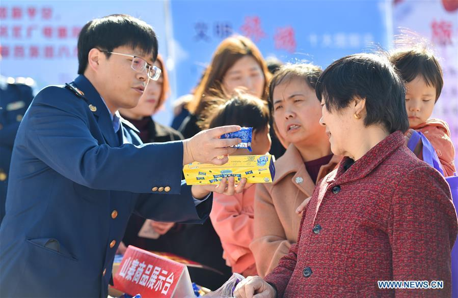 Citizens learn to distinguish counterfeit goods in Zanhuang County of Shijiazhuang, capital of north China\'s Hebei Province, on March 15, 2019, the World Consumer Rights Day. A variety of activities were held across China to raise consumers\' awareness to protect their rights on the World Consumer Rights Day. (Xinhua/Zhang Xiaofeng)