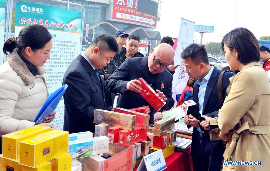 Citizens learn to distinguish counterfeit goods in Anqing, east China\'s Anhui Province, on March 15, 2019, the World Consumer Rights Day. A variety of activities were held across China to raise consumers\' awareness to protect their rights on the World Consumer Rights Day. (Xinhua/Huang Youan)