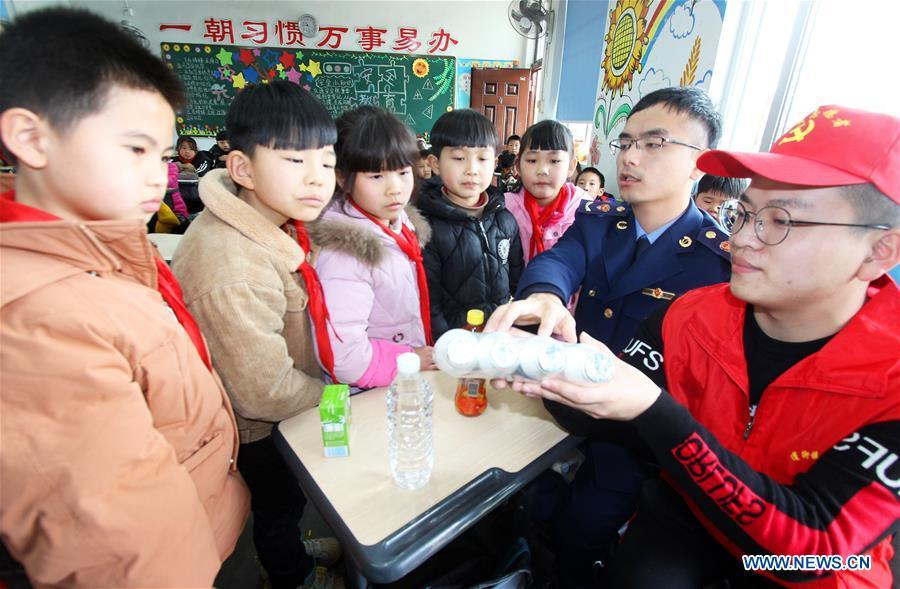 Children learn to identify the shelf life of food in Taizhou, east China\'s Zhejiang Province, on March 15, 2019, the World Consumer Rights Day. A variety of activities were held across China to raise consumers\' awareness to protect their rights on the World Consumer Rights Day. (Xinhua/Jiang Youqin)