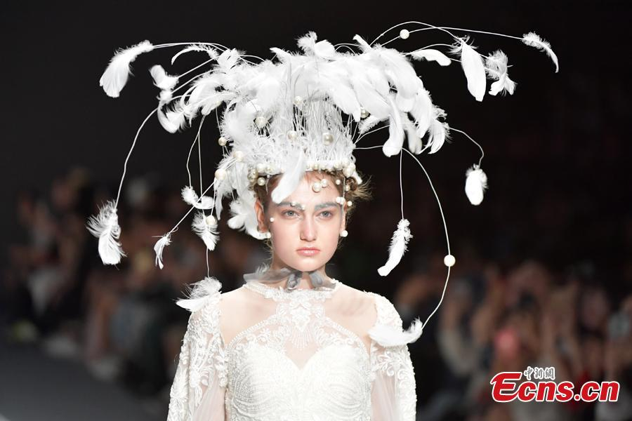 A model wears a headwear of the brand She\'s during the 2019 Shenzhen Fashion Week in Shenzhen City, South China's Guangdong Province, March 17, 2019. (Photo: China News Service/Chen Wen)
