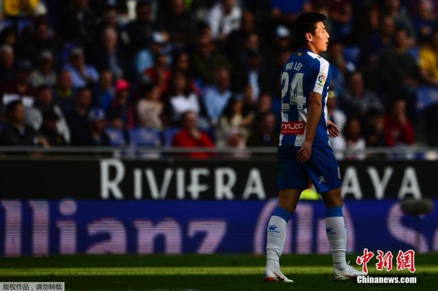 Espanyol forward Wu Lei, only the second player from China to appear in the Liga Santander, competes in a match against Sevilla on March 17, 2019. Sevilla beat Espanyol 0-1.(Photo/Agencies)