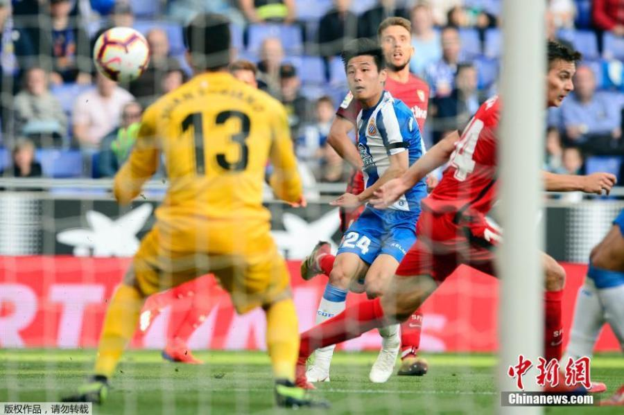 Espanyol forward Wu Lei, only the second player from China to appear in the Liga Santander, competes in a match against Sevilla on March 17, 2019.Sevilla beat Espanyol 0-1. (Photo/Agencies)