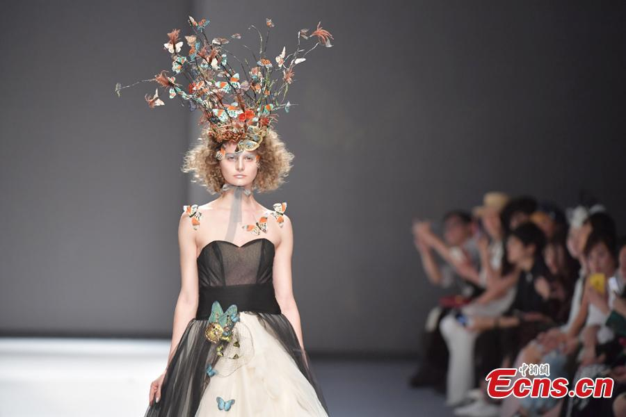 A model wears a creation by brand She\'s during the 2019 Shenzhen Fashion Week in Shenzhen City, South China's Guangdong Province, March 17, 2019. (Photo: China News Service/Chen Wen)
