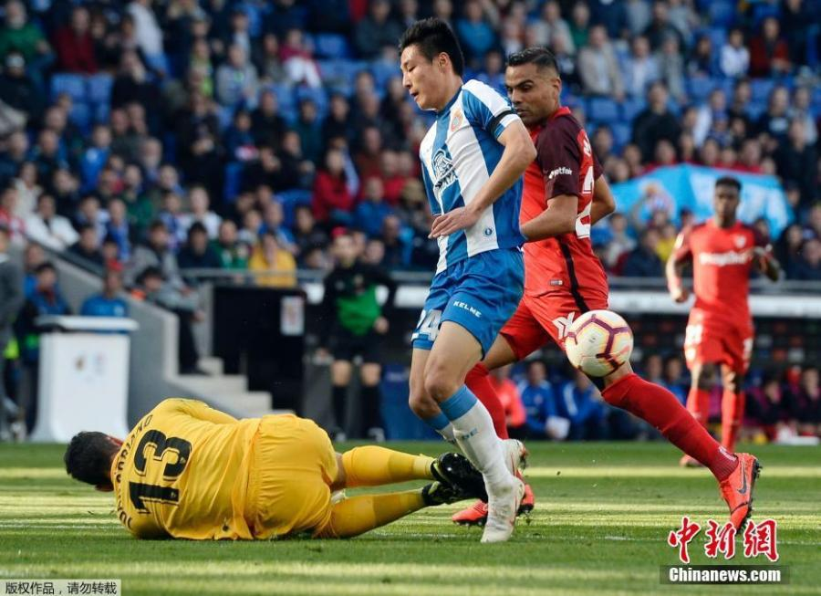 Espanyol forward Wu Lei, only the second player from China to appear in the Liga Santander, competes in a match against Sevilla on March 17, 2019. Sevilla beat Espanyol 0-1. (Photo/Agencies)