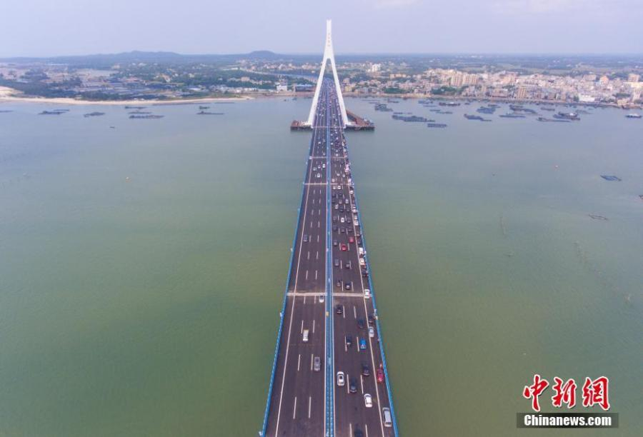 Aerial photo taken on March 18, 2019 shows the Haiwen Bridge, South China\'s Hainan Province. The cross-sea bridge, built over seismic faults, officially started operation on Monday, cutting the trip between Haikou City and Puqian Township of Wenchang City from an hour and a half to about 20 minutes. With a total length of 5.597 km, including about 3.959 km across the sea, the  Haiwen Bridge is the first cross-sea bridge crossing active faults and the most earthquake-resistant bridge in China. (Photo: China News Service/Luo Yunfei)