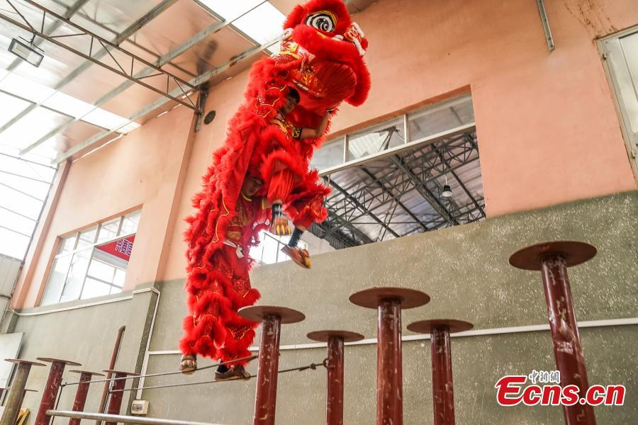 Xuanzhou Lion Dance troupe performers Chen Yihui (R) and Li Minji train in Tengxian County, Wuzhou City, South China\'s Guangxi Zhuang Autonomous Region, March 18, 2019. Tengxian is home to a special folk lion dance. The dance troupe, which formed in 1997, has won many top awards in contests, and its unique stunts that imitate a drunken lion or a lion climbing a cliff, for example, are particularly mind-blowing. (Photo: China News Service/Chen Guanyan)