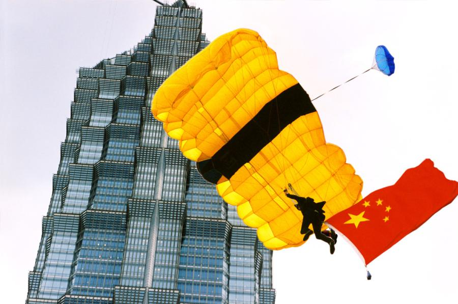 A Chinese parachutist jumped off the Jinmao Tower during a performance in this file photo.  (Photo by Zheng Xianzhang/for chinadaily.com.cn)