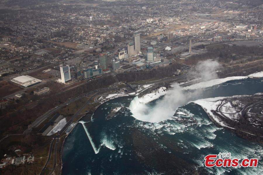 Aerial photo shows water flows around ice and snow on Niagara Falls, March 19, 2019. (Photo: China News Service/Yu Ruidong)