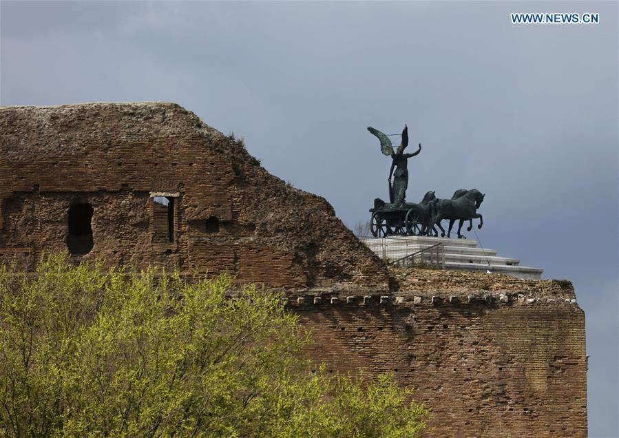 Photo taken on March 19, 2019 shows a statue near the ancient Roman ruins of the Colosseum in Rome, capital of Italy. (Xinhua/Lan Hongguang)