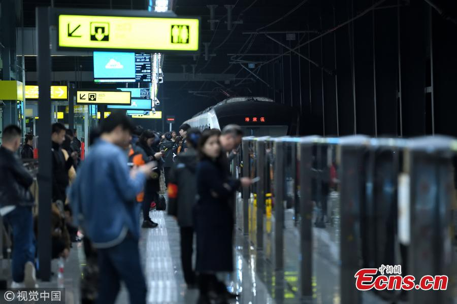Photo shows passengers waiting for a subway train at the Haitangxi station in Southwest China\'s Chongqing, on March 11, 2019.  (Photo/VCG)