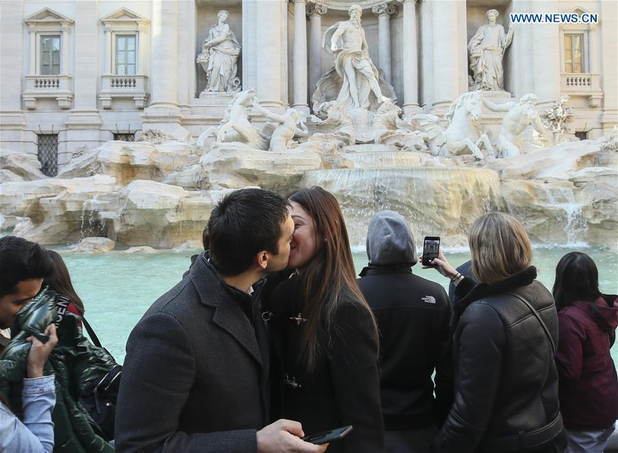 Young couple kiss in front of the Trevi Fountain in Rome, capital of Italy, March 19, 2019. (Xinhua/Lan Hongguang)